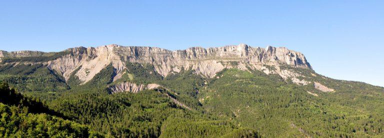 Géruen visto dal passo Fontbelle nelle Riserva naturale nazionale geologica di Haute-Provence